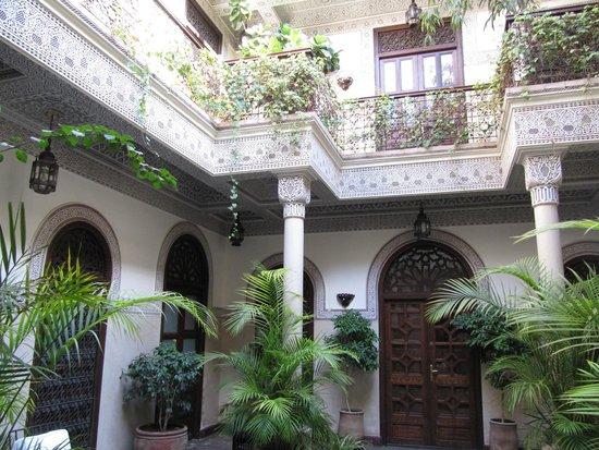 La Villa des Orangers - Hôtel: Uno de los maravillosos patios donde se reparten las habitaciones