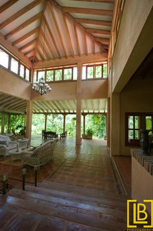 La Villa de Soledad B&B: Our spacious lobby blends into our gardens and the jungle