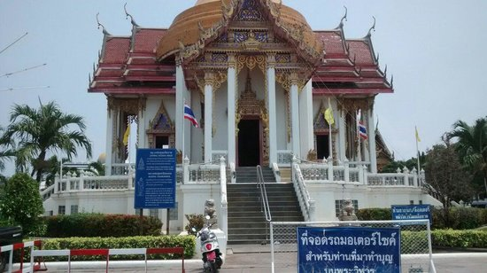 Dusit Thani Pattaya : Buddhist temple. You are welcome to go inside situated near walking street