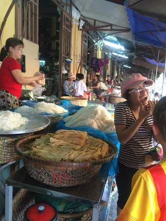 Gioan Cooking Class : Shopping for ingredients at local market