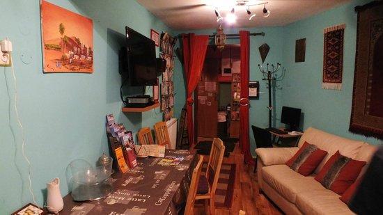 Hostel Marrakesh: Entrada/sala de estar/cozinha