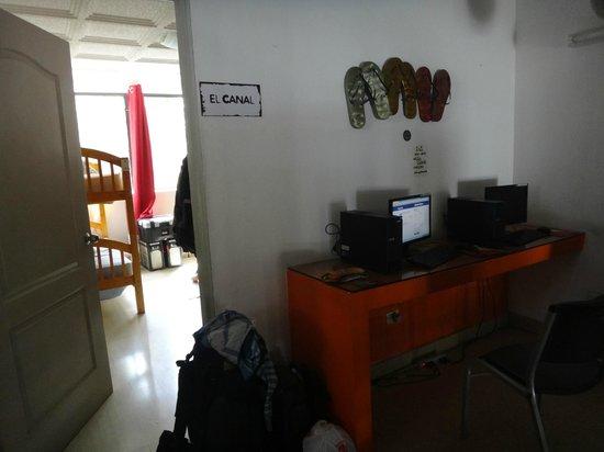 Los Mostros Hostel: Zona de computadoras, entrada habitacion
