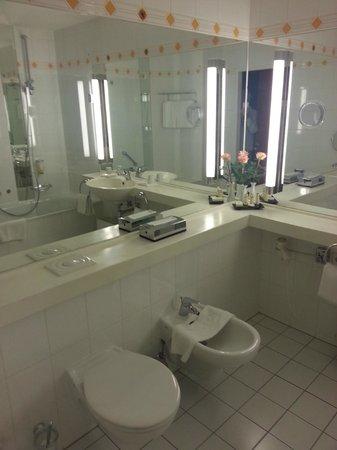"""BEST WESTERN PREMIER Grand Hotel Russischer Hof: """"Historic"""" Room 136 bathroom"""