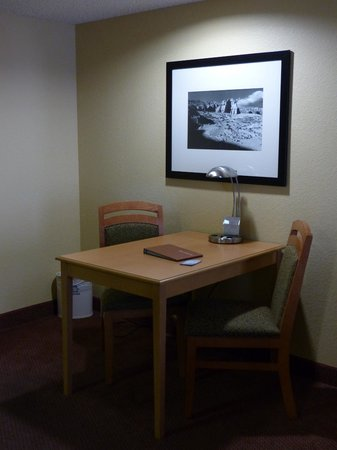 Homewood Suites by Hilton Phoenix - Biltmore: Homewood Suites Phoenix-Biltmore suite desk/table