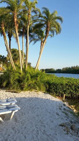 Siesta Key Bungalows: Little beach before dock