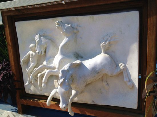 Rams Head Inn: Ceramic Plaque of Horse on exterior of Jacuzzi