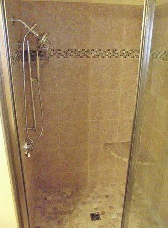 Norseman Resort: Renovated oceanfront shower