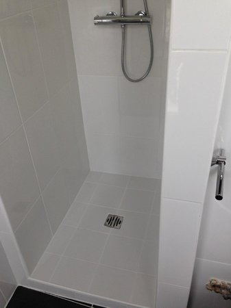 Hotel Clauzel: Large clean shower