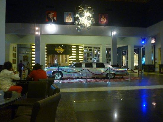 Hard Rock Hotel & Casino Punta Cana: casino , limousine de Maddona