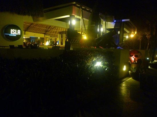 Hard Rock Hotel & Casino Punta Cana: La Isla , comida y música en vivo en la playa