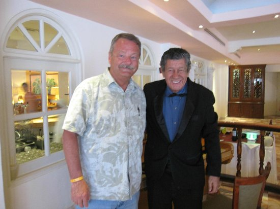 El Cozumeleno Beach Resort: Pianist Senor Jose Hernandez-Romo on right.