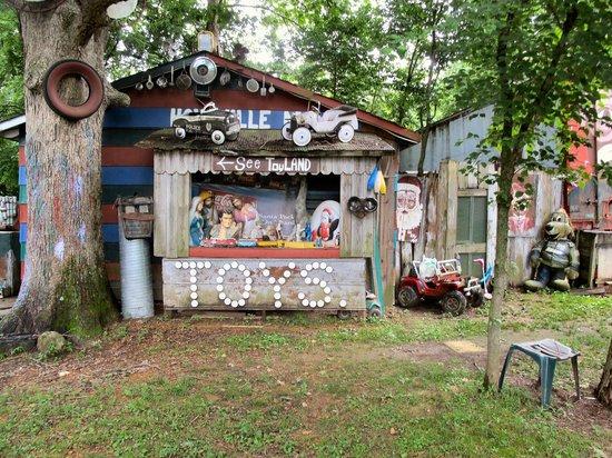 Apple Valley Hillbilly Garden and Toyland : A World Of Wonder