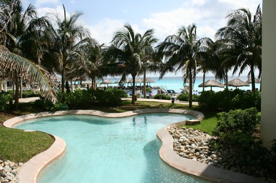 JW Marriott Cancun Resort & Spa: Grounds looking out from breakfast area, walkways
