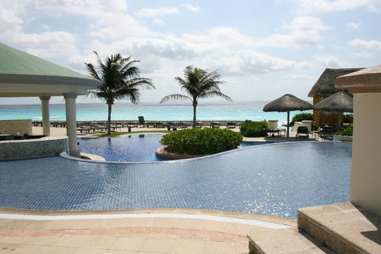 JW Marriott Cancun Resort & Spa: Additional pool on other side of hotel; dive pool also on this side, and swim up bar!