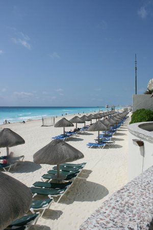 JW Marriott Cancun Resort & Spa: Beach in front with Marriott thatch huts