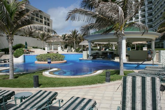 JW Marriott Cancun Resort & Spa: Additional pool with swim up bar.