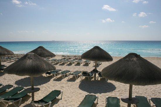 JW Marriott Cancun Resort & Spa: Beach in front of pool