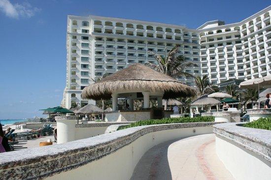 JW Marriott Cancun Resort & Spa: Pool side bar, right at beach side.