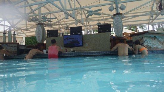 InterContinental San Juan: Bar in the pool