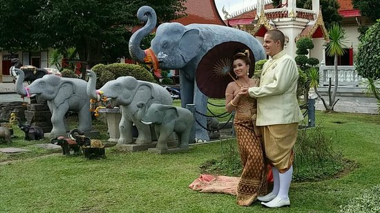 Wat Chalong : Thai wedding photos at temple