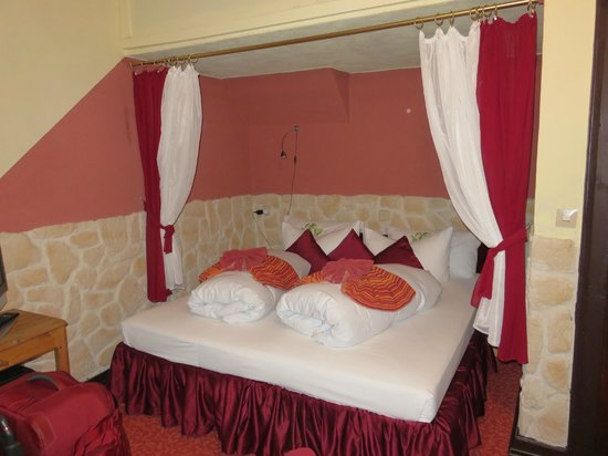 Hotel Kranenturm: Our bed in room 4  Crane Tower