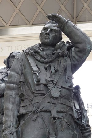 Bomber Command Memorial: Close up of the bomber crewman sculpture