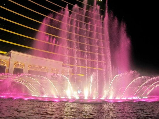 Wynn Performing Lake : View of the water show at night