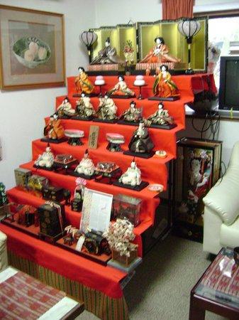 Fuji-Hakone Guest House: Dolls in common area