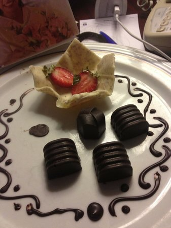 Iberostar Cancun: Chocolates and strawberries for our honeymoon, as a courtesy from the hotel.
