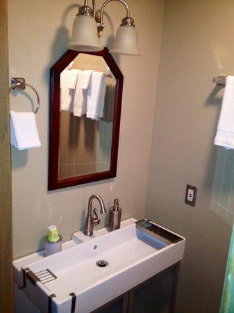 Rams Head Inn: The Windsor Bathroom (toilet no pictured)
