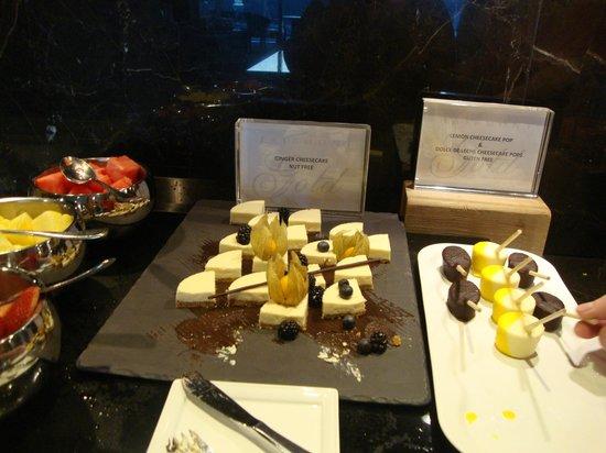 Fairmont Pacific Rim : Gold Lounge Dessert time