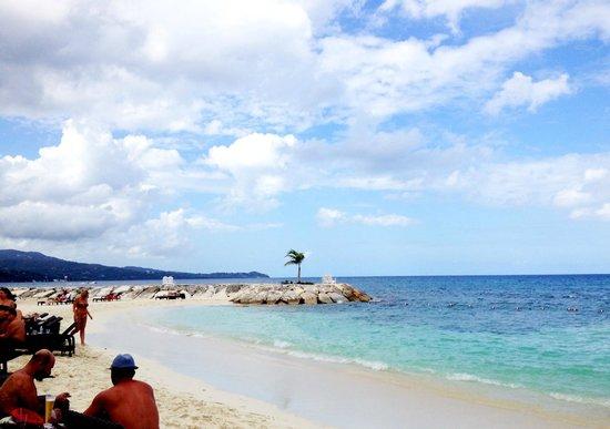 Secrets St. James Montego Bay: vue de la plage