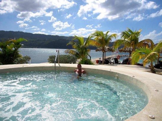 Secrets St. James Montego Bay: Hot tub near the beach