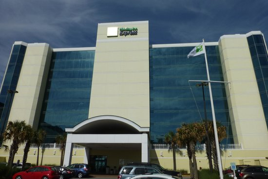 Holiday Inn Express Hotel & Suites Virginia Beach Oceanfront: view from the parking lot