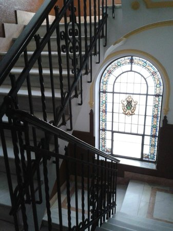 Hostal La Palma: The lovely staircase and windows.