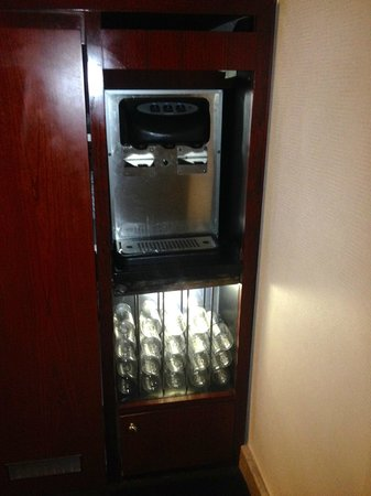 Club Quarters Hotel, opposite Rockefeller Center: Water dispenser