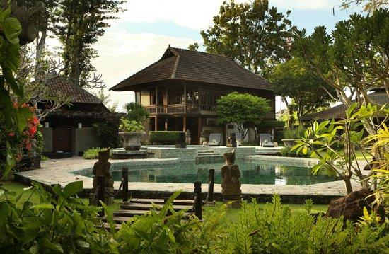 Alindra Villa: Ethnic compound exterior