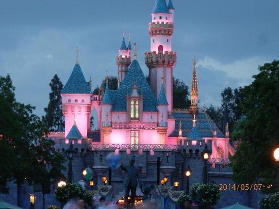 Anaheim Camelot Inn & Suites: Disneyland at night