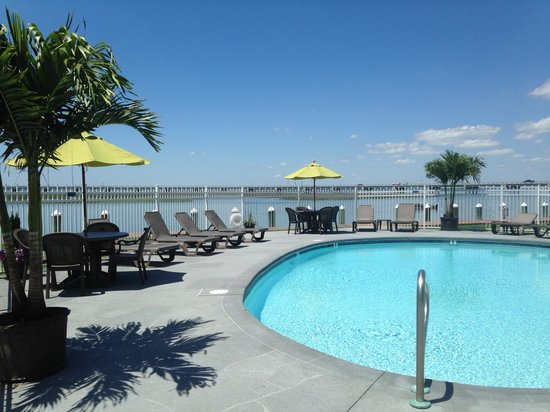 Comfort Suites Chincoteague : Waterfront Outdoor Pool