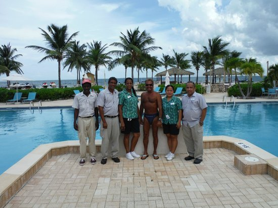 Holiday Inn Resort Grand Cayman: Large swimming pool near the beach