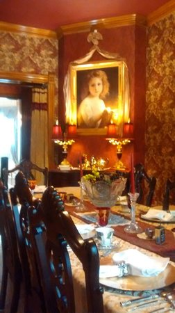 Alexander Mansion Bed & Breakfast : Great dining room and decorations