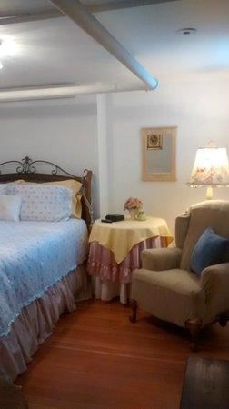 Alexander Mansion Bed & Breakfast: Judge Thomas Wilson room is a small Apt.
