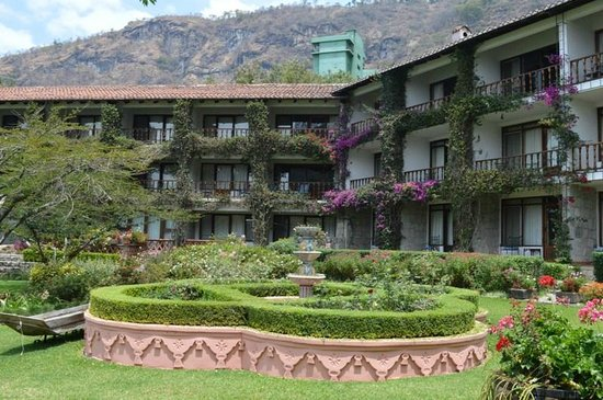 Hotel Atitlan : View of the rooms from the garden area