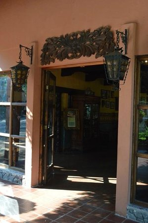 Hotel Atitlan: The hotel entrance