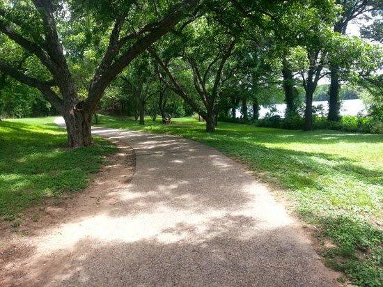 Holiday Inn Austin-Town Lake: Trail around Lady-Byrd Lake