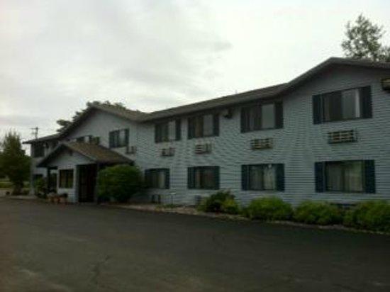 Rodeway Inn : Exterior, parking lot side