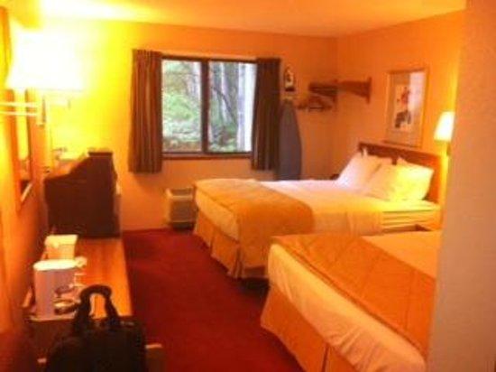 Americas Best Value Inn: Double queen interior
