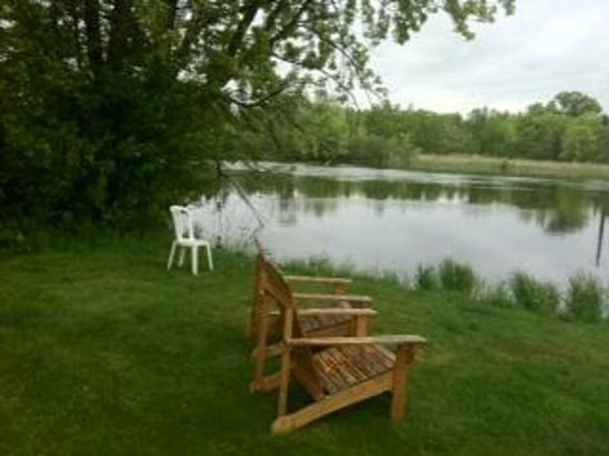 Americas Best Value Inn: Riverside lawn - Wisconsin River