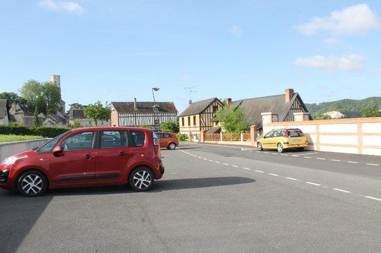 Le Clos des Fontaines : Parking lot