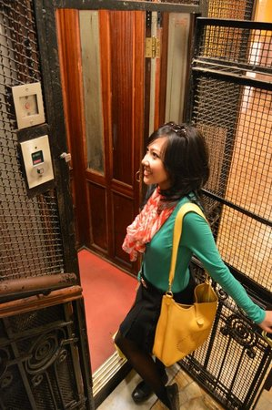 Hotel Indipendenza : The antique lift (like in Harry Potter movie)